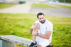 isolerad benwhite för bakgrund skada Manligt idrottsman nenlidande från smärtar i ben, medan öva utomhus fotografering för bildbyråer