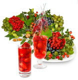 Isolerad bild av en jordgubbecoctail och olika grönsaker tätt upp Royaltyfria Bilder