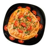 Isolerad bild av en smaklig pizza på plattacloseupen Fotografering för Bildbyråer
