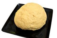 Isolerad bild av uppstigen jästdeg för bröd eller pizza i en svart bakplåt Royaltyfri Fotografi