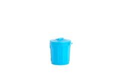 Isolerad blå plast- soptunna Fotografering för Bildbyråer