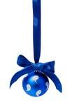 Isolerad boll för Hunging blåttjul royaltyfria bilder