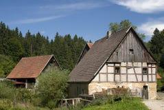 Isolerad bondgård i skog Arkivfoto