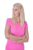 Isolerad chockad ung flicka i rosa skjorta. Royaltyfri Fotografi