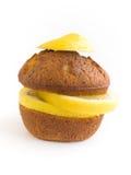 isolerad citronmuffin Arkivfoto