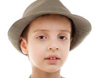 Isolerad closeup för stående för ungepojkehatt arkivfoton