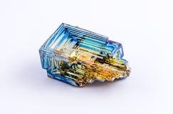 Isolerad crystalized vismut Arkivfoto