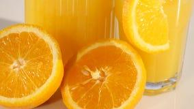 Isolerad drink Exponeringsglas av orange fruktsaft och skivor av orange frukt som isoleras på vit bakgrund Royaltyfri Fotografi