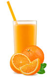 Isolerad drink Skivor av orange frukt och exponeringsglas av fruktsaft som isoleras på vit med den snabba banan Royaltyfria Foton