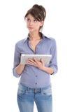 Isolerad eftertänksam kvinna som använder minnestavladatoren. arkivbild