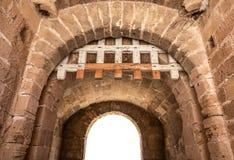 Isolerad fästningvalvgång med fällgaller Royaltyfri Bild