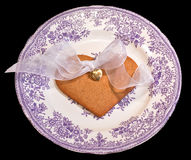 isolerad förälskelse för gåva guld- hjärta Royaltyfri Foto