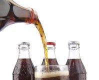 isolerad flaska av colasodavatten Arkivbild