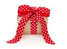 Isolerad gåva som binds med det prickiga bandet för jul Royaltyfria Foton
