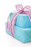 Isolerad gåva som sloggs in i blå turkos, gjorde randig papper royaltyfri bild