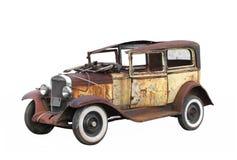 Isolerad gammal junked bil för tappning. Royaltyfria Bilder
