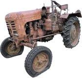 Isolerad gammal rostig traktor Arkivbild