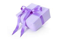 Isolerad giftbox med lilor gjorde randig inpackningspapper - jul Royaltyfria Foton