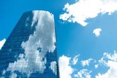Isolerad glass byggnad i Puerto Madero med blå himmel och reflexion av moln Royaltyfri Foto