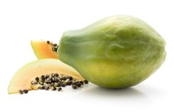 Isolerad grön Papaya Royaltyfria Foton