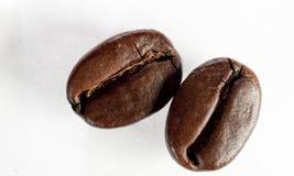 Isolerad grupp av grillade kaffebönor Arkivfoton