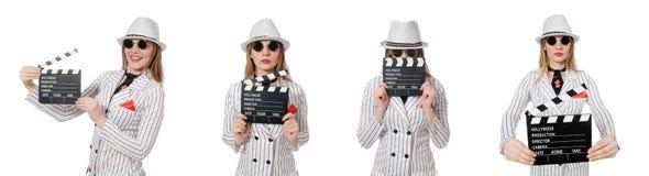Isolerad härlig flicka i hållande clapperboard för randiga kläder Arkivfoto