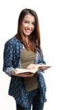 Isolerad härlig ung flickaläsning bokar på vitbakgrund Arkivfoto