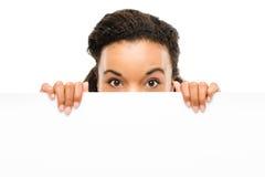 Isolerad hållande affischtavla för nätt afrikansk amerikanaffärskvinna royaltyfri foto