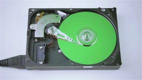 Isolerad hårddisk från datoren med en grön diskett stock video