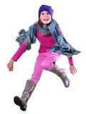 Isolerad höststående av barnet med att hoppa för hatt, för halsduk och för kängor Arkivfoton