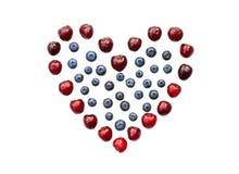 Isolerad hjärta av körsbäret, blåbäret och hallonet Royaltyfri Bild