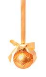 Isolerad Hunging guld- julboll royaltyfri bild