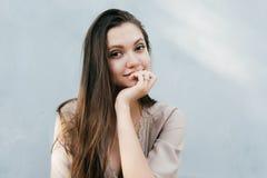 Isolerad intresserad ung flicka, deltaget i lyssna Royaltyfri Bild
