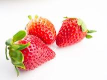 Isolerad jordgubbe på vit bakgrund, selektiv fokus Arkivbilder