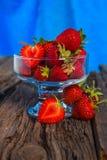 Isolerad jordgubbe som isoleras på lantlig träbakgrund Royaltyfria Foton