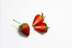 isolerad jordgubbewhite för bakgrund hjärta Arkivfoto