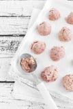 isolerad jordgubbewhite för bakgrund kräm- is Fotografering för Bildbyråer