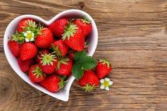isolerad jordgubbewhite f?r bakgrund hj?rta Nya jordgubbar i platta p? den vita tr?tabellen B?sta sikt, kopieringsutrymme royaltyfria foton