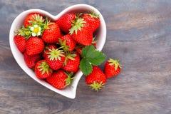 isolerad jordgubbewhite f?r bakgrund hj?rta Nya jordgubbar i platta p? den vita tr?tabellen B?sta sikt, kopieringsutrymme royaltyfri foto