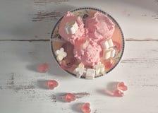 isolerad jordgubbewhite f?r bakgrund kr?m- is royaltyfria bilder