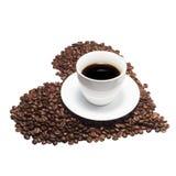 Isolerad kaffekopp med kaffebönor Arkivbild