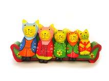 Isolerad kattfamilj, katter trä, kattvitbakgrund Arkivfoto