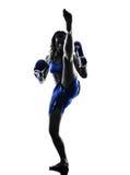 Isolerad kickboxing kontur för kvinnaboxareboxning Royaltyfria Bilder