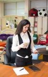 isolerad kontorswhite för bakgrund brunett Arkivfoto