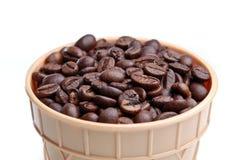 Isolerad kotte mycket med kaffebönan Arkivbild