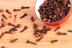 isolerad krydda för bunke kryddnejlikor royaltyfria bilder