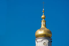 Isolerad kupol av den kristna kyrkan med klockan Royaltyfria Foton