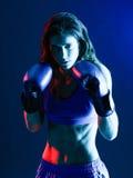 Isolerad kvinnaboxareboxning royaltyfria foton