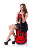 Isolerad kvinnagitarrspelare Arkivfoto