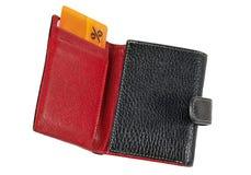 Isolerad läderplånbok med ett rabattkort Arkivfoton